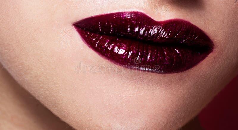 Labios atractivos Detalle rojo del maquillaje de los labios de la belleza imagen de archivo libre de regalías