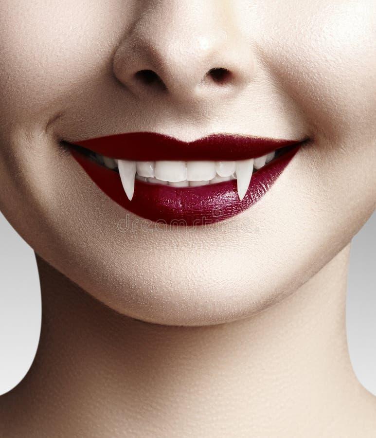 Labios femeninos atractivos del vampiro Fondo de Halloween con el labio rojo del maquillaje de la sangre Mirada de la mascarada c fotografía de archivo libre de regalías