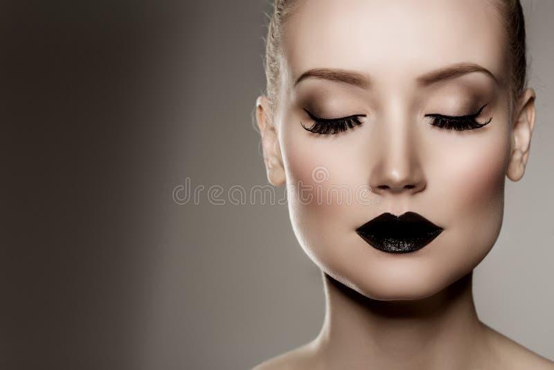Labios negros Maquillaje de Víspera de Todos los Santos Mujer hermosa de lujo con l oscuro imagenes de archivo