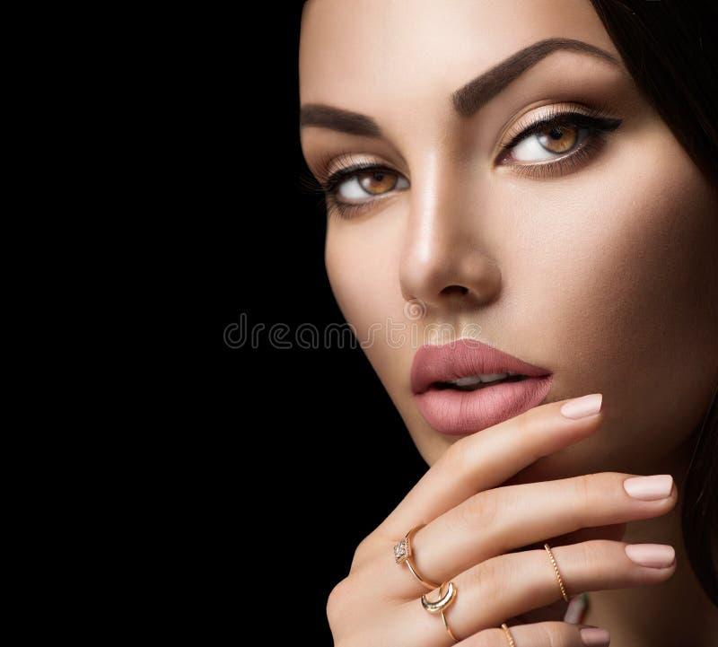Labios perfectos de la mujer con el lápiz labial mate beige natural de la moda fotografía de archivo libre de regalías