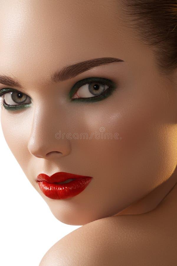 Labios rojos atractivos, maquillaje ahumado en cara del modelo de manera foto de archivo libre de regalías