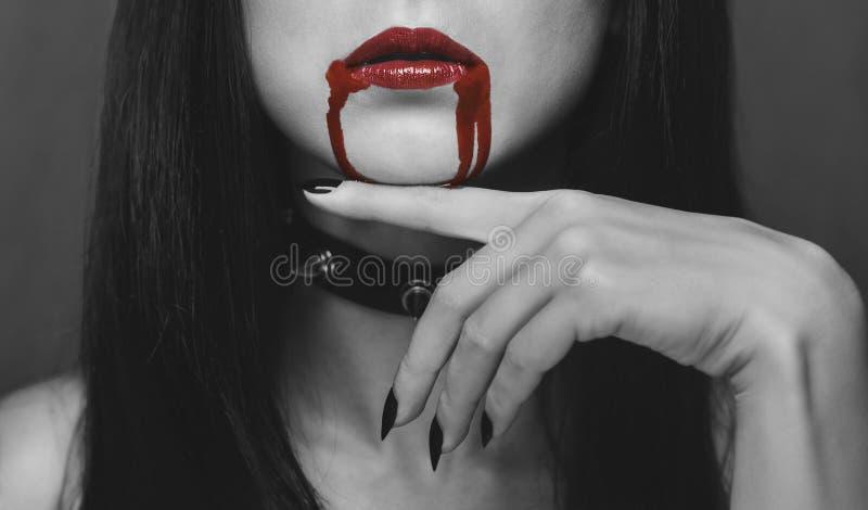 Labios rojos del vampiro en la sangre fotos de archivo