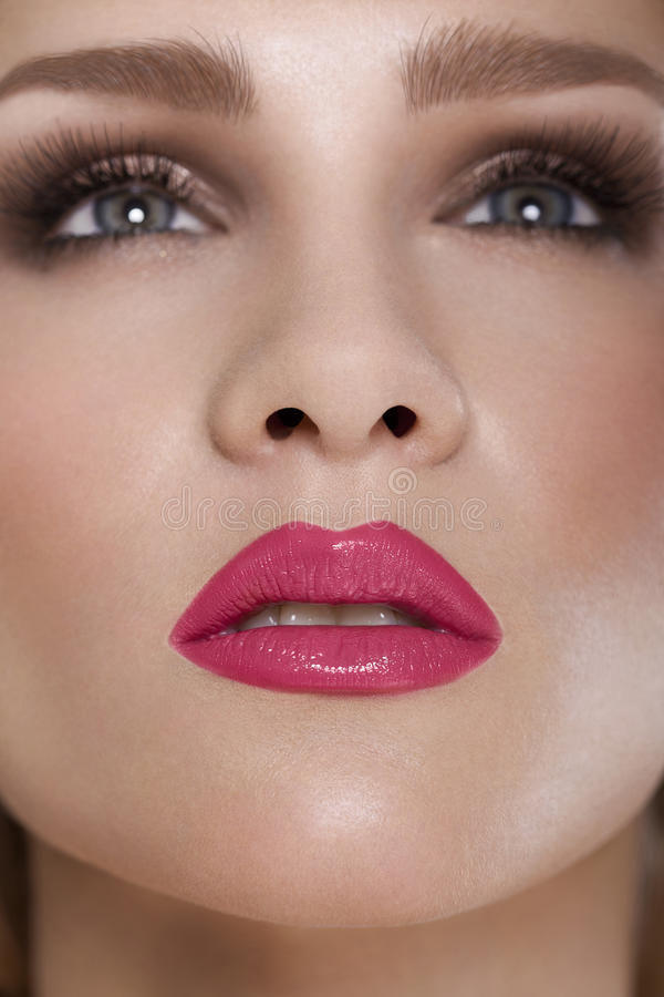 Labios rojos. Detalle rojo del maquillaje del labio de la belleza. Maquillaje hermoso Closeu imagen de archivo libre de regalías