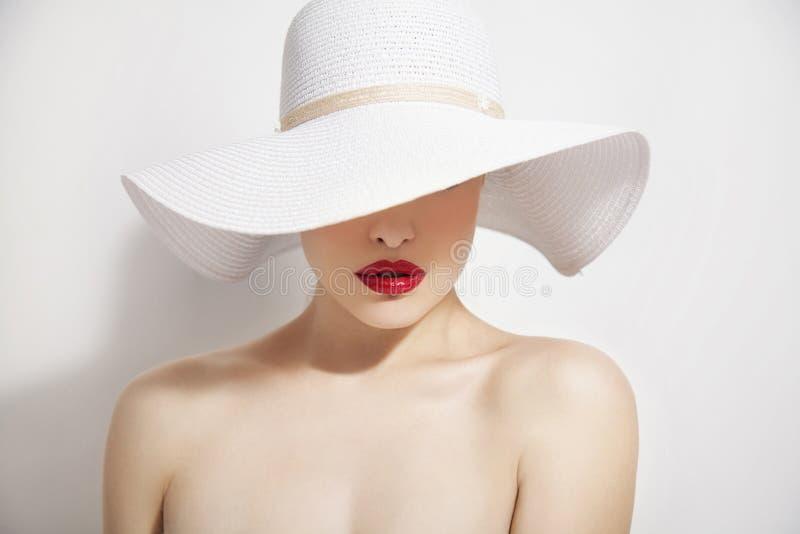 Labios rojos y sombrero blanco imagenes de archivo
