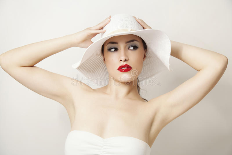 Labios rojos y sombrero blanco imagen de archivo libre de regalías