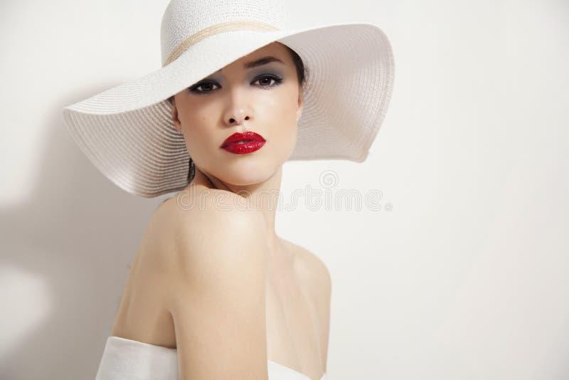 Labios rojos y sombrero blanco fotografía de archivo