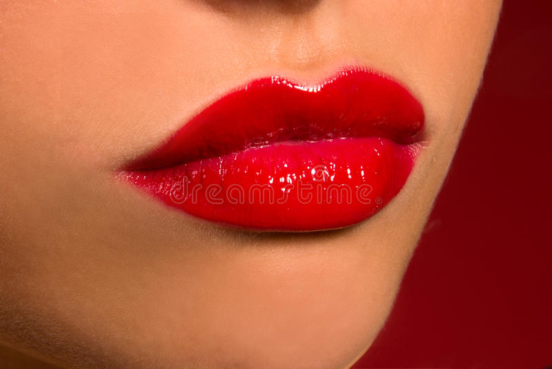 Labios sensuales con el lápiz labial rojo foto de archivo