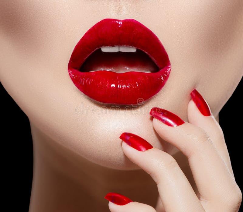 Labios y clavos atractivos rojos foto de archivo libre de regalías
