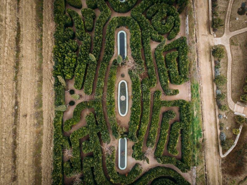 Labirinto verde del giardino, vista superiore aerea dal fuco Architettura del pæsaggio fotografia stock