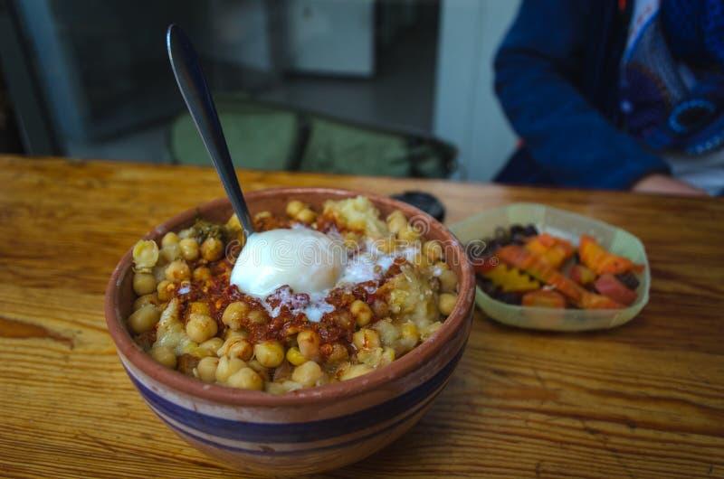 Lablabi或Lablebi一个传统突尼斯盘 免版税库存照片