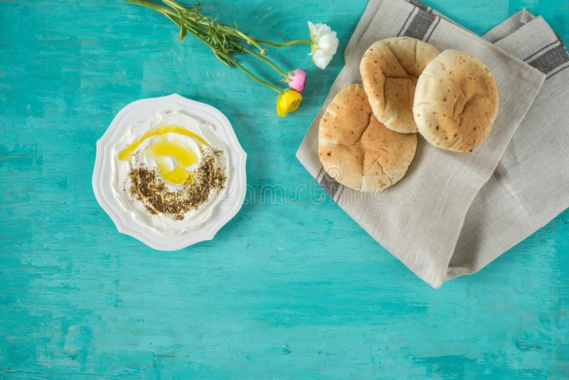 Labneh labanehmiddle wschodniej miękkiej kózki dojny ser z oliwą z oliwek, za «atar, cytryna, pita chleb, słuzyć przy tradycyjnym fotografia stock