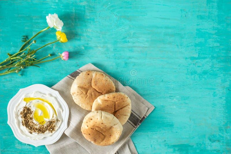 Labneh labanehmiddle wschodniej miękkiej kózki dojny ser z oliwą z oliwek, za «atar, cytryna, pita chleb, słuzyć przy tradycyjnym fotografia royalty free