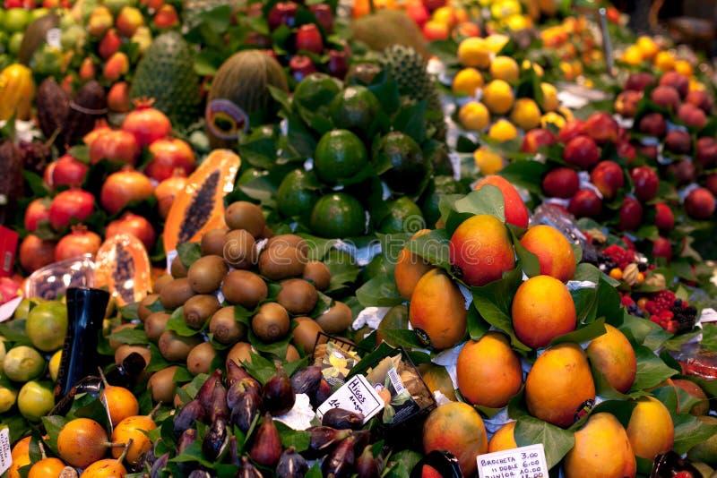 LaBoqueria marknad i Barcelonaen, Spanien Stall av avokadot, papayaen, fikonträd, persikan, mango och andra exotiska frukter på v arkivfoton