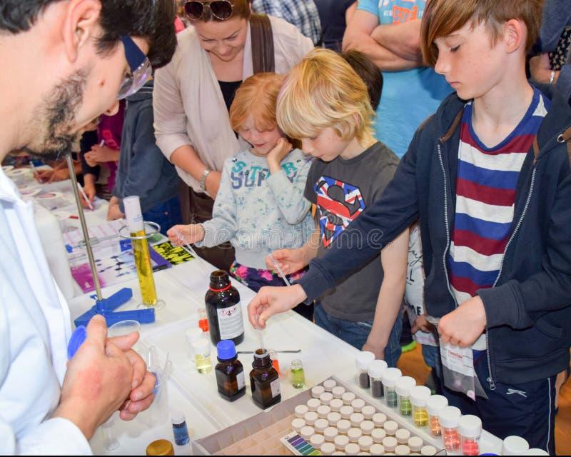 Laboranccy chemicy biorą dzień z lab uczyć dzieci o chemii jako część UK trzonu, nauka, technologia, silnik zdjęcie royalty free