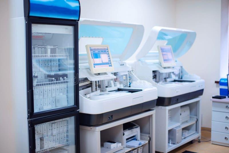 Laborancka stacja robocza biochemiczny i odpornościowy analizuje obraz royalty free