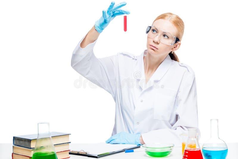 Laborancki asystent z czerwonym cieczem w próbnej tubce obraz royalty free