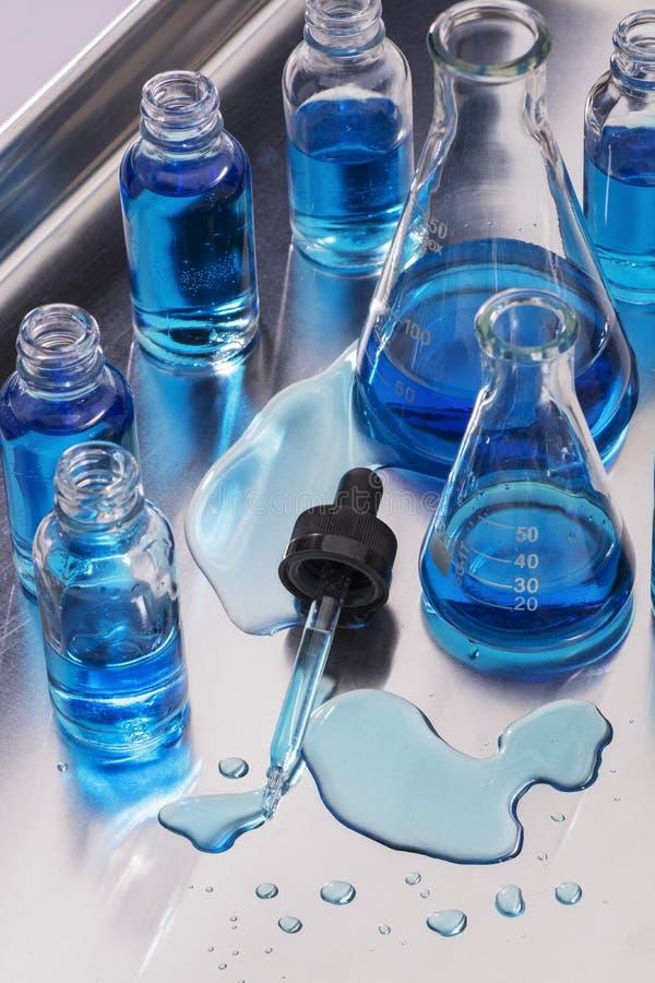 Laborancki Glassware i rozlewający próbny fluid z wkraplaczem zdjęcie stock