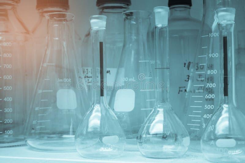 Laborancki glassware lub zlewki w brzmienie stercie na półce zimna i rocznika, nauki badanie, nauki pojęcie obrazy royalty free