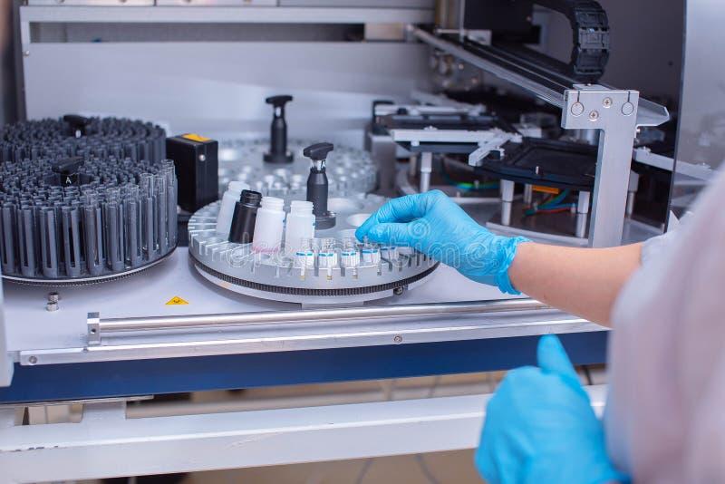 Laborancki immunoassay analyzer Diagnoza zara?liwe choroby i alergiczne reakcje Prenatal przesiewanie Analiza zdjęcie royalty free