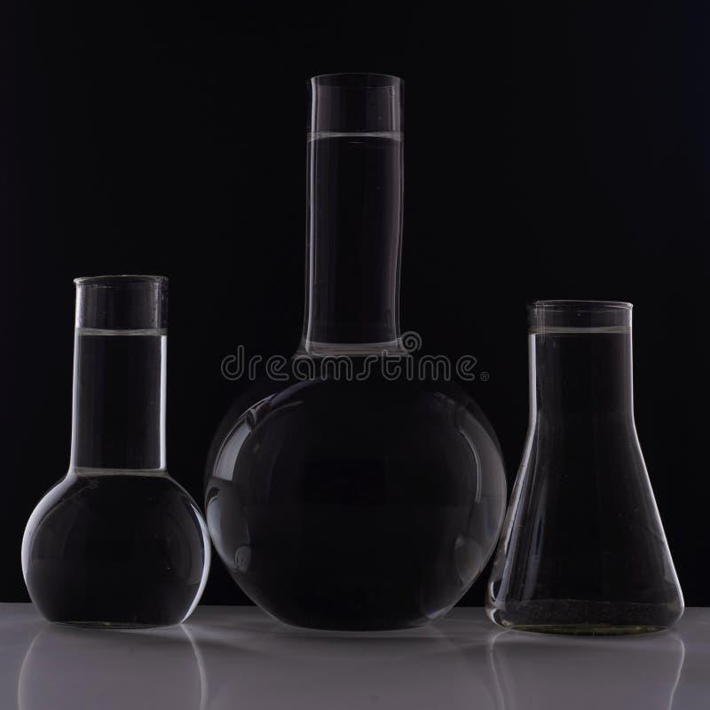 Laborancki wyposażenie, trzy szkieł kolba na czarnym tle obrazy stock