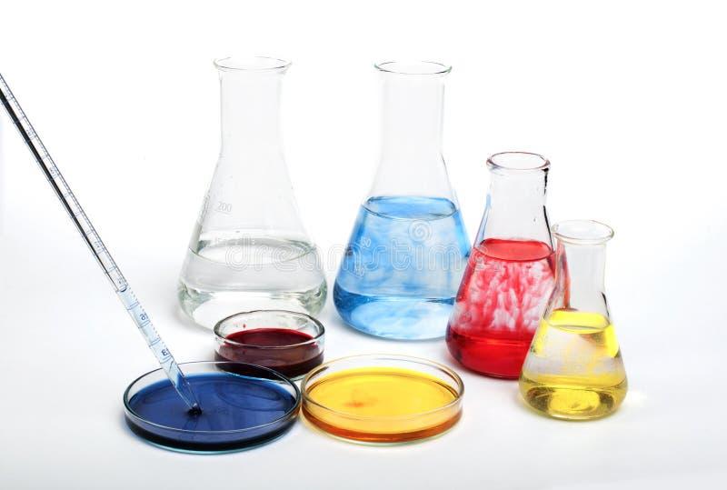 Laboranckiego wyposażenia i koloru substancje chemiczne obrazy stock