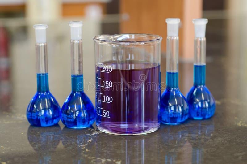 Laboratório azul Glasswares foto de stock