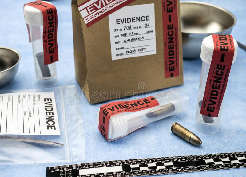 Laboratório criminoso, análise do escudo da bala, regra de medida balística imagem de stock