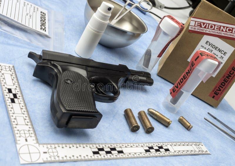 Laboratório criminoso, arma de fogo ao lado do tampão da bala para a análise balística imagem de stock royalty free