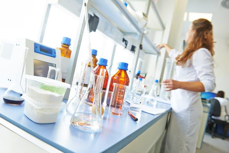 Laboratório de pesquisa da farmácia da química fotos de stock