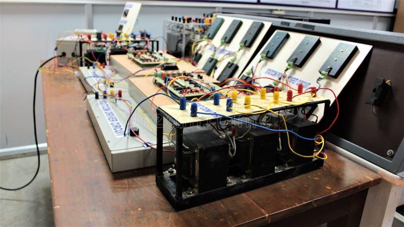 Laboratório de testes da eletrônica foto de stock