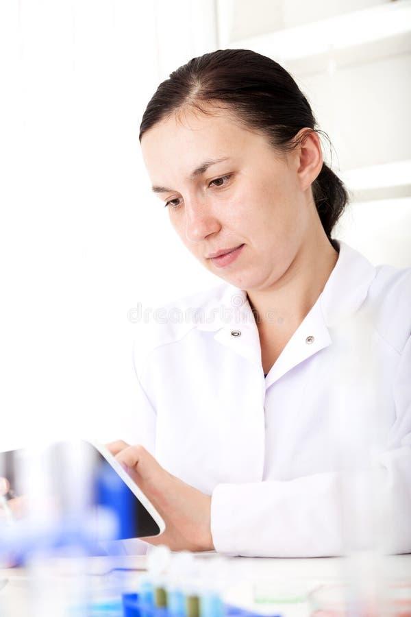 Laboratório fêmea de Using Tablet In do cientista foto de stock royalty free