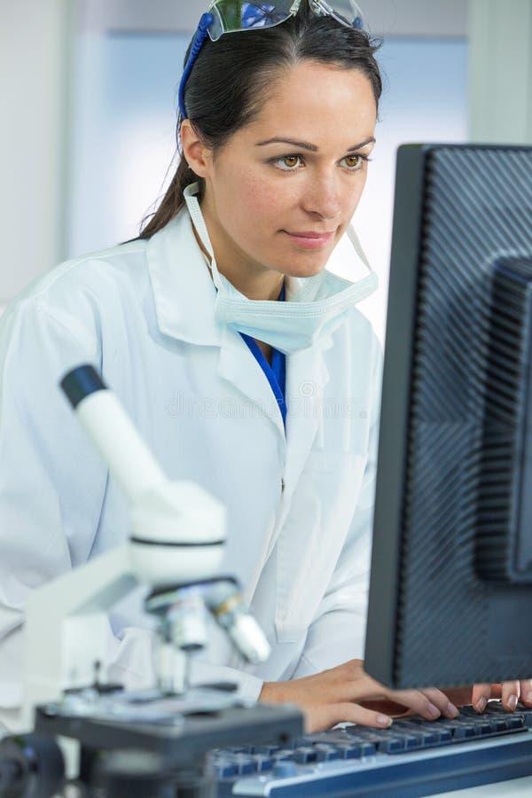 Laboratório fêmea do cientista ou do doutor Using Computer In fotos de stock royalty free