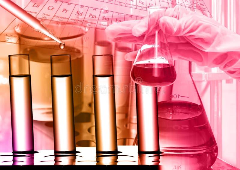 Laboratoire chimique, scientifique laissant tomber le réactif au tube à essai image stock