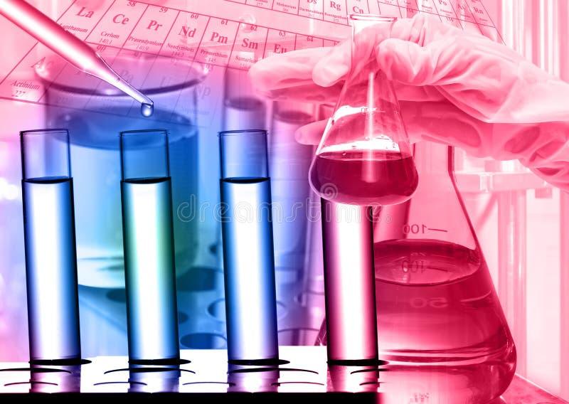Laboratoire chimique, scientifique laissant tomber le réactif au tube à essai photo libre de droits