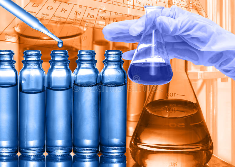 Laboratoire chimique, scientifique laissant tomber le réactif au tube à essai image libre de droits