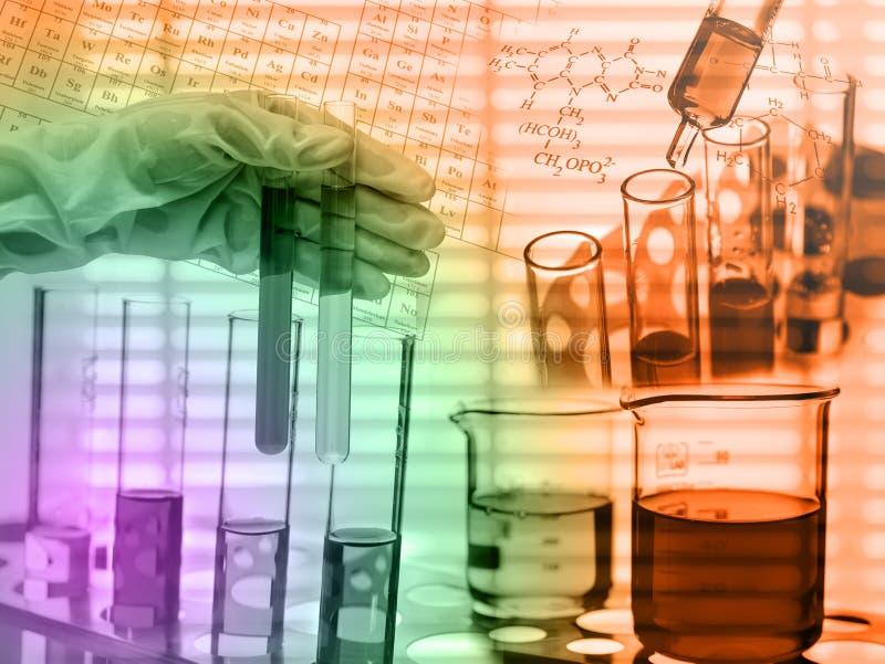 Laboratoire chimique, scientifique laissant tomber le réactif dans le fla d'essai photo libre de droits