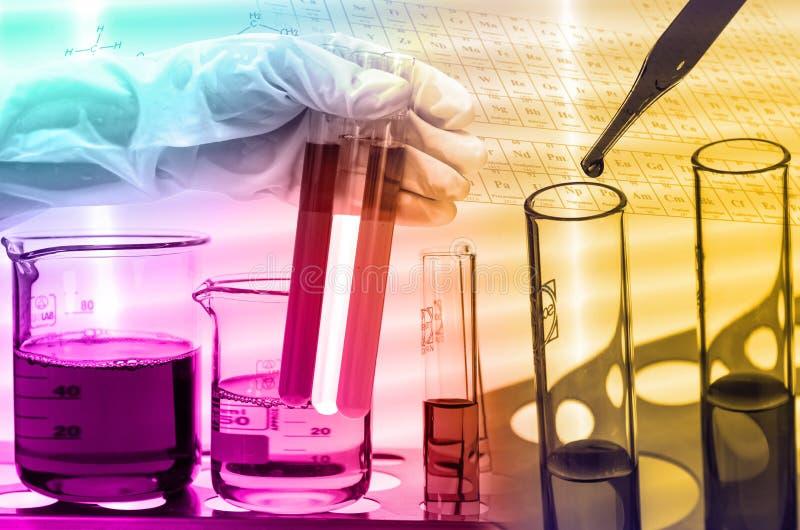 Laboratoire chimique, scientifique laissant tomber le réactif dans le fla d'essai images libres de droits