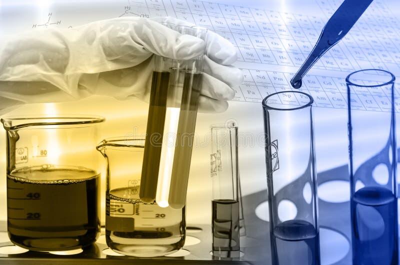 Laboratoire chimique, scientifique laissant tomber le réactif dans le fla d'essai photographie stock libre de droits