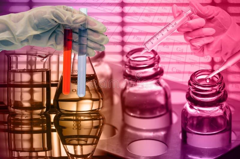 Laboratoire chimique, scientifique laissant tomber le réactif dans le fla d'essai image libre de droits