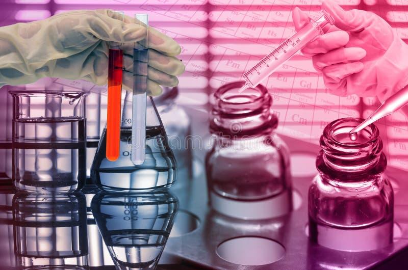 Laboratoire chimique, scientifique laissant tomber le réactif dans le fla d'essai photographie stock
