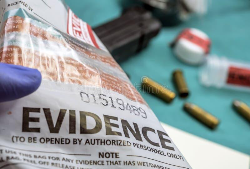 Laboratoire criminalistique, analyse de coquille de balle photographie stock