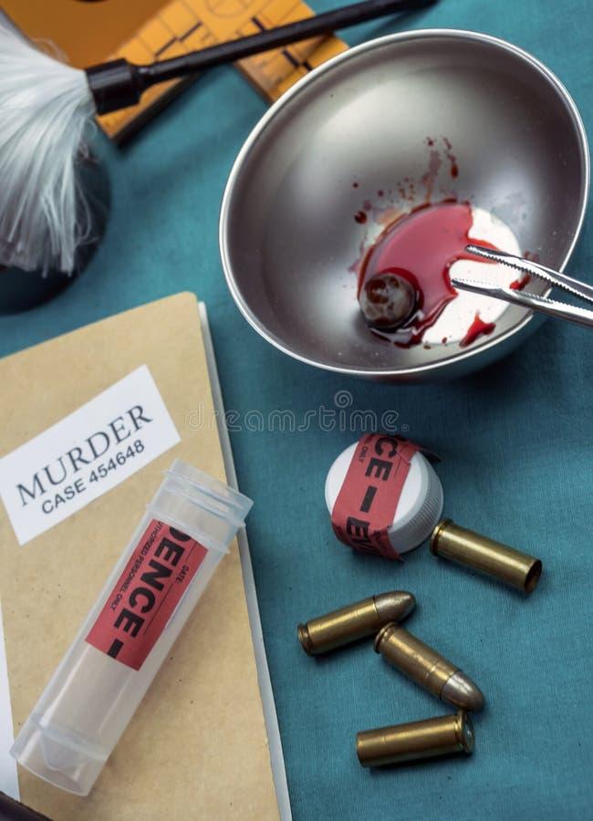 Laboratoire criminalistique, analyse de coquille de balle photo libre de droits