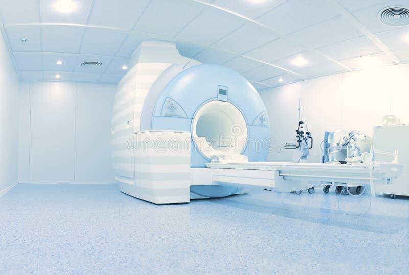 Laboratoire d'IRM avec l'équipement contemporain de pointe photos stock