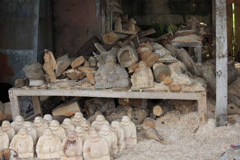 Laboratoire de découpage en bois dans Ubud photos libres de droits