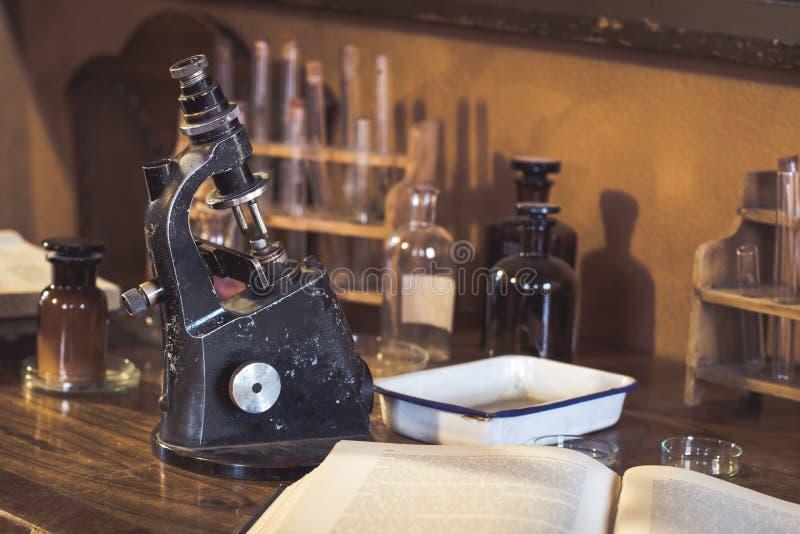 Laboratoire, microscope et tubes de verre antiques photos stock
