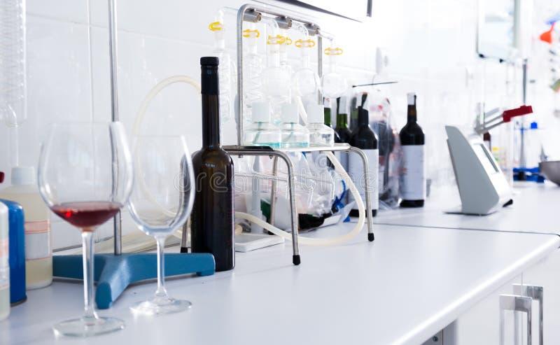 Laboratoire moderne d'établissement vinicole Vérification de l'acidité du vin et de l'organo photographie stock