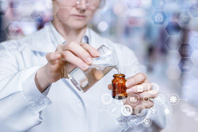Laboratorian in veiligheidsbril maakt een medische substantie toevoegend sommige elementen in de fles royalty-vrije stock afbeeldingen