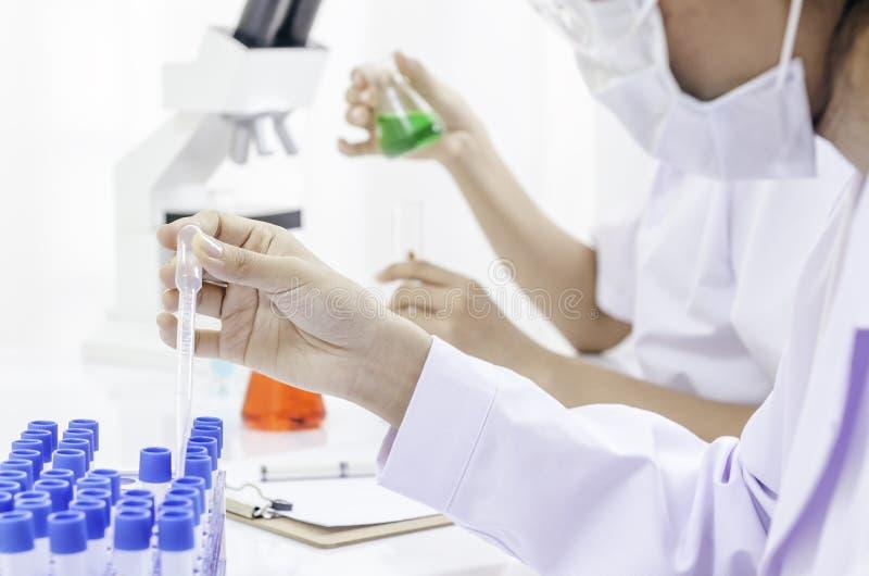 Download Laboratorio biomedico immagine stock. Immagine di raccoglitore - 56888505