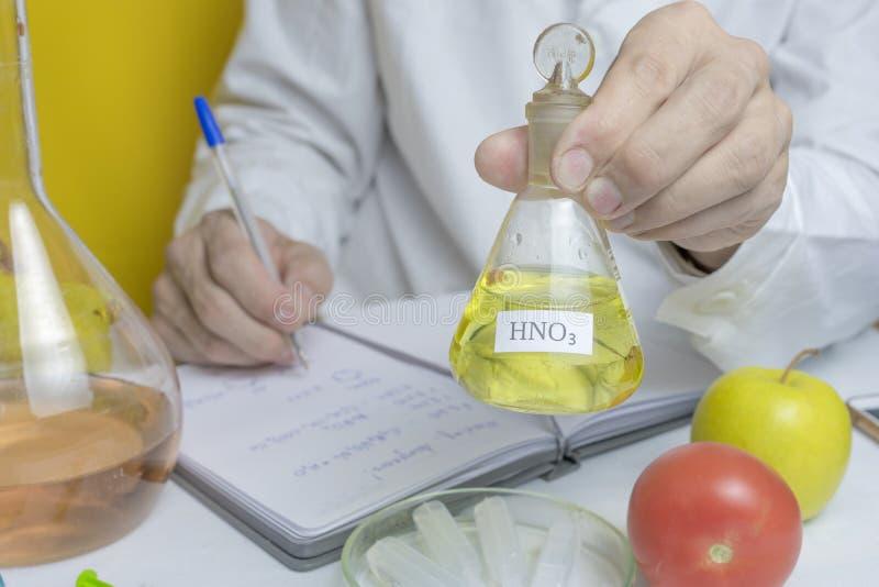 Laboratorio, concepto del científico nota de la prueba de la escritura del técnico de laboratorio sobre el cuaderno después de ha imagen de archivo libre de regalías