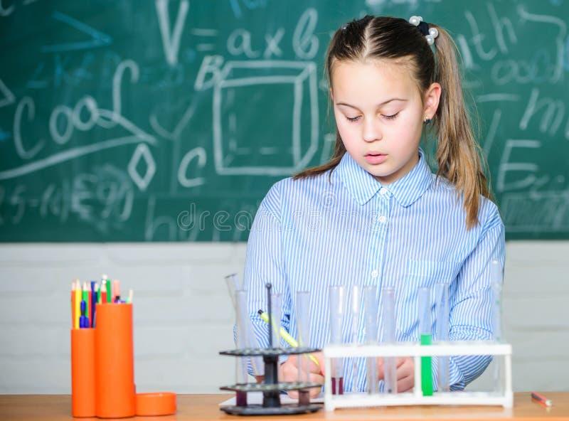 Laboratorio de la escuela Experimento elegante de la escuela de la conducta del estudiante de la muchacha Líquidos químicos del e fotos de archivo libres de regalías